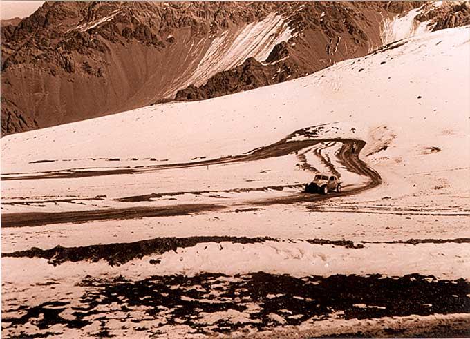El Turismo Carretera corrió con  nieve en el Gran Premio Dos Océanos disputado en 1965.