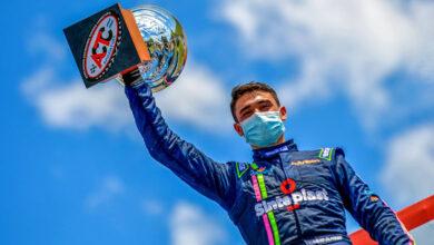 Olmedo festeja en el podio su victoria en TC Mouras.
