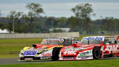 Autos de Gianini y Werner luchando en pista.
