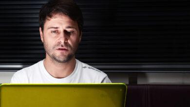 Christian Ledesma frente a una computadora.