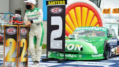 Santero posando junto al Ford de TC.