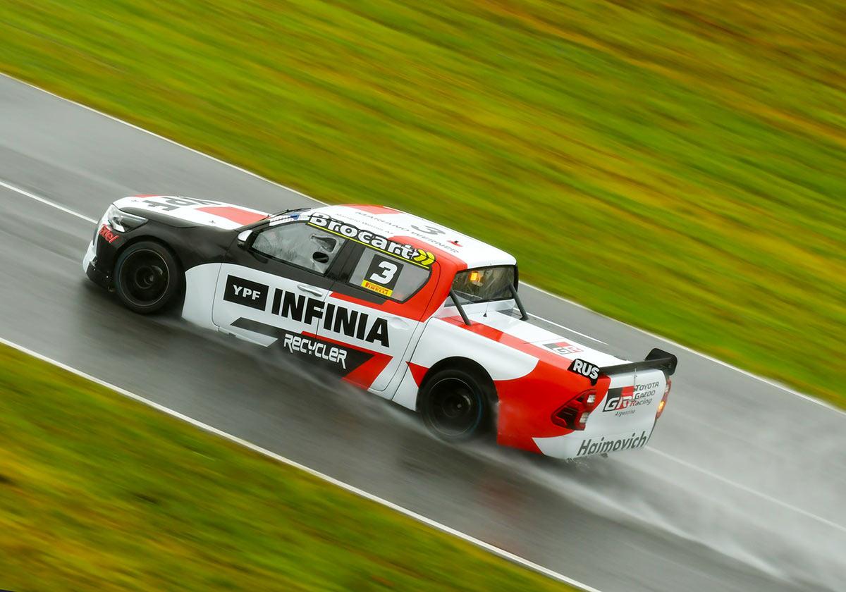 Toyota de Werner bajo la lluvia.