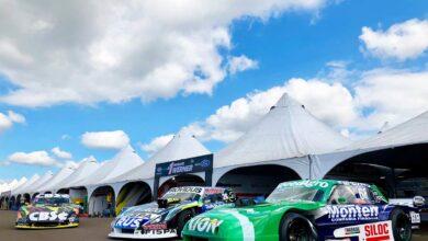 Autos de TC en boxes.