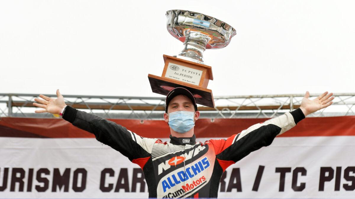 Álvarez en el podio del TC Pista en San Nicolás.