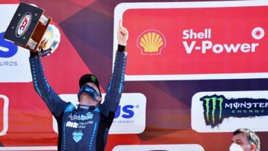 Canapino festeja en el podio.