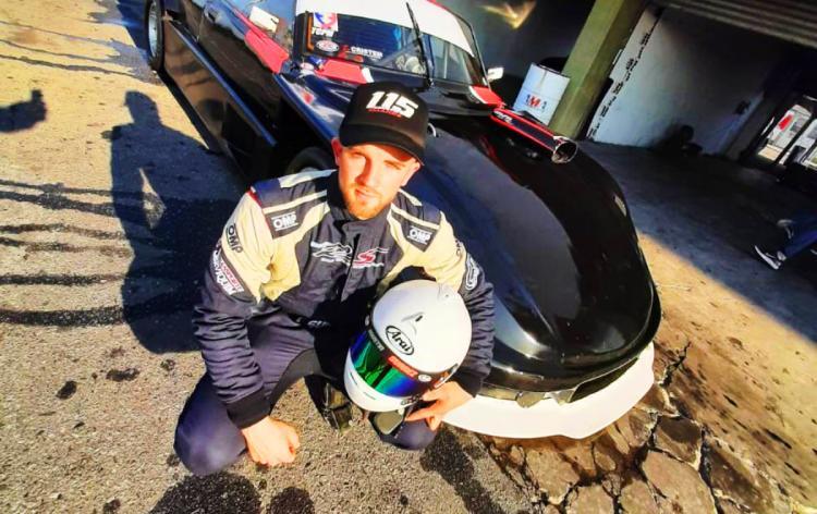 Agustin Suarez junto a su Dodge en los boxes de La Plata.