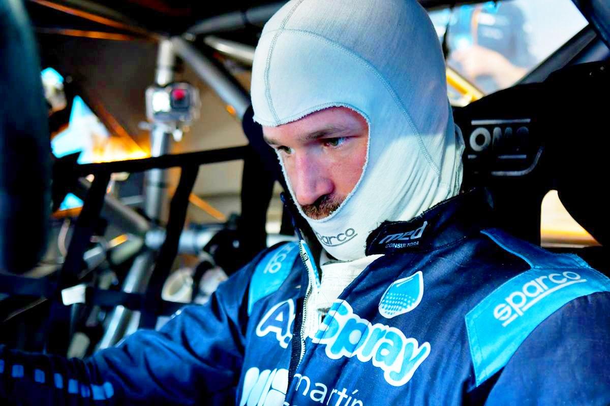 Agustín Canapino pensativo en el interior de su Chevrolet.