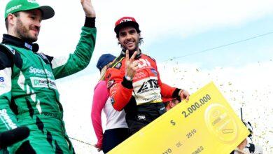 Manu Urcera con el cheque del ganador