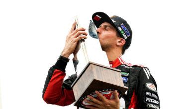 Matías Rossi besando un trofeo